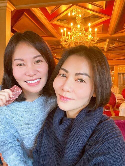 Thu Minh đang ở Mỹ, cùng chị gái đi chơi, trượt tuyết. Chị gái hơn Thu Minh 8 tuổi, hiện đang sống cùng chồng con ở Mỹ khiến nhiều khán giả bất ngờ. Nhiều người khó nhận ra ai là Thu Minh và cho biết họ như chị em sinh đôi.