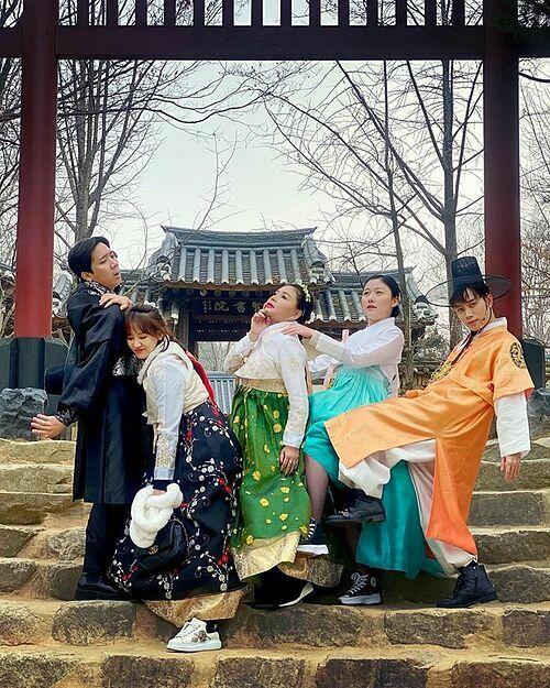 Vợ chồng Trấn Thành - Hari Won, nghệ sĩ Lê Giang, ca sĩ Trúc Nhân, Huỳnh Ân (em gái Trấn Thành) diện trang phục hanbok, tạo dáng bá đạo khi du lịch Hàn Quốc.