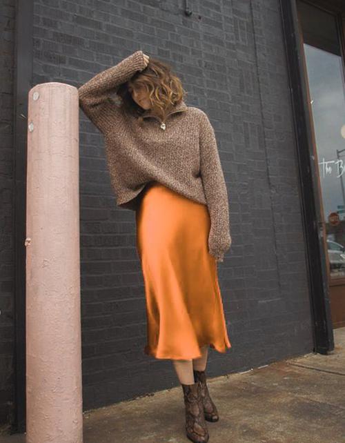Trên các chất liệu mềm mại và bóng bẩy của vải lụa, gam màu hot trend ấn tượng hơn với các dáng váy midi, đầm maxi.