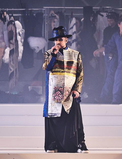 Ở cuối show, huyền thoại âm nhạc thập niên 1980 Boy George lên sân khấu biểu diễn để tôn vinh sự nghiệp rực rỡ  suốt năm thập kỷ của đàn anh.