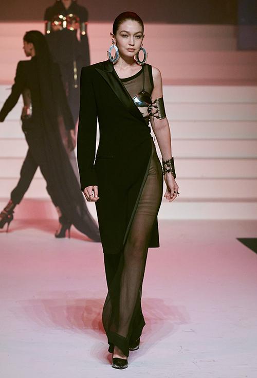 Chương trình  quy tụ sự góp mặt của nhiều chân dài nổi tiếng, bao gồm siêu mẫu thế hệ mới Gigi Hadid.