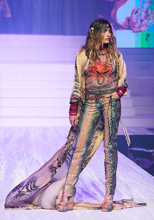 Bên cạnh dàn mẫu chuyên nghiệp, nhà mốt Pháp còn mời một số nhân vật nổi tiếng tham gia catwalk, trong đó có Paris Jackson - con gái ông vua nhạc Pop Michael Jackson.