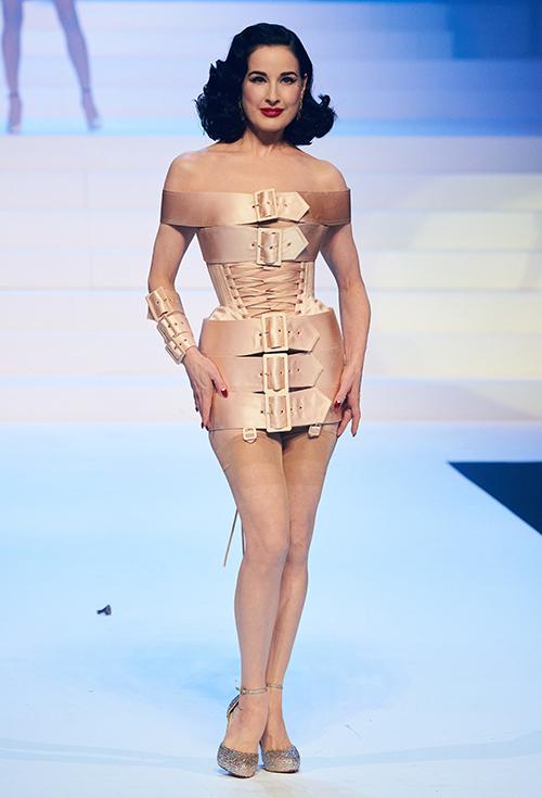 Vũ nữ U50 Dita Von Teese xuất hiện cùng trang phục biến tấu từ áo corset - món đồ vốn gắn liền với hình ảnh của cô.