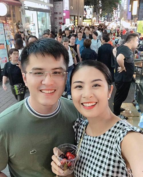 Trong một lần hiếm hoi, cô đăng ảnh đi chơi chung với Phú Đạt và gọi anh là anh bạn thân. Cặp đôi từng chụp ảnh cưới ở Bali (Indonesia) hồi 2017. Tuy nhiên, người đẹpkhông xác nhận điều gì với báo chí và hẹn sẽ chia sẻ vào thời điểm thích hợp.