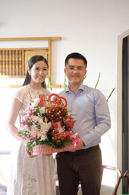 Hoa hậu Việt Nam 2010 đã tổ chức lễ dạm ngõ từ 23/11/2019 nhưng vẫn kiên quyết giấu kín thông tin về đám cưới.Để chuẩn bị cho cuộc sống mới, Ngọc Hân đã chuyển đến ở căn chung cư ở quận Cầu Giấy (Hà Nội). Gần đây, cô liên tục chia sẻ niềm vui bếp núc trên trang cá nhân và được bạn bè trêu đùa là chuẩn bị làm người phụ nữ của gia đình.
