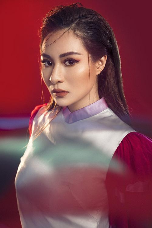 Áo dài cách điệu pha trộn gam màu đỏ thể hiện ước mơ mong một năm mới may mắn, tươi vui của nữ ca sĩ.