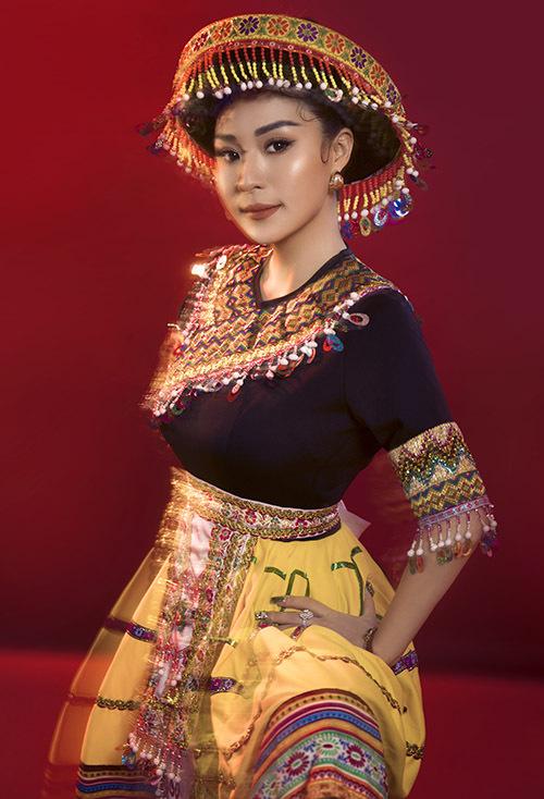 [Caption Đó chính là bộ trang phục được thiết kế dựa trên trang phục truyền thống của cô gái H'Mông với gam màu rực rỡ, tươi sáng, khoe trọn vẹn trẻ trung, nền nã, dịu dàng nhưng cũng đầy năng lượng của Ánh Linh. Ánh Linh bật mí, quê cô ở Tuyên Quang – một vùng đất cũng có rất nhiều người dân tộc H'Mông của Việt Nam mình sinh sống, và chính sự tươi mới, năng động của những cô gái người H'Mông đã khiến cho Ánh Linh cảm thấy thích thú và mến mộ nền văn hóa này. Bên cạnh đó, vì là một người hát nhạc Bolero và cũng rất yêu mến dòng nhạc quê hương Việt Nam, nên Ánh Linh cũng luôn quan tâm và tìm hiểu đến những yếu tố văn hóa khác nhau của nhiều vùng miền trên khắp đất nước mình.    Ngoài trang phục truyền thống của người H'Mông, Ánh Linh khoác lên mình bộ trang phục được ekip lên ý tưởng bản sắc dân tộc miền núi phía Bắc và được thể hiện trên trang phục hầu đồng - 1 tín ngưỡng tâm linh thuần Việt. Lựa chọn cho mình gam màu tươi sáng nhưng vẫn có chút gì đó rất bí ẩn, hình ảnh Ánh Linh trong những bộ trang phục này khiến người xem phải tò mò và quan tâm tìm hiểu thêm về những câu chuyện đặc biệt phía sau những yếu tố văn hóa này.