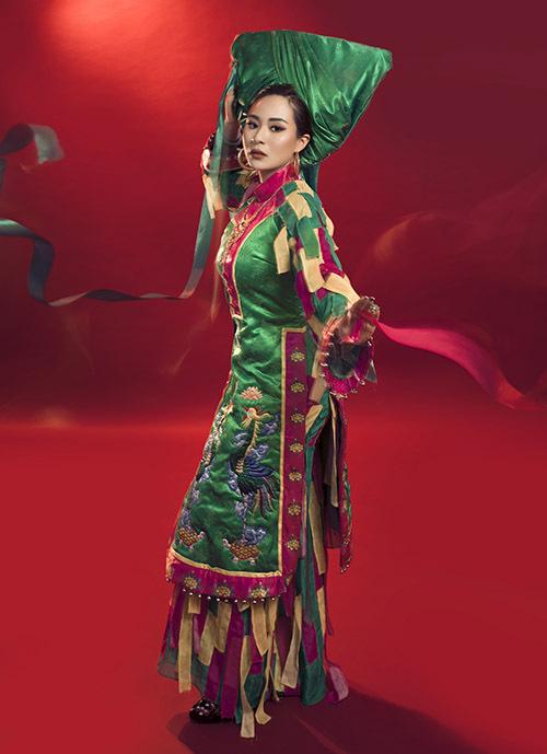 Ánh Linh lạ lẫm với trang phục dành cho các cô đồng - nhân vật trongtín ngưỡng văn hoá dân gian phổ biến ở phía Bắc.