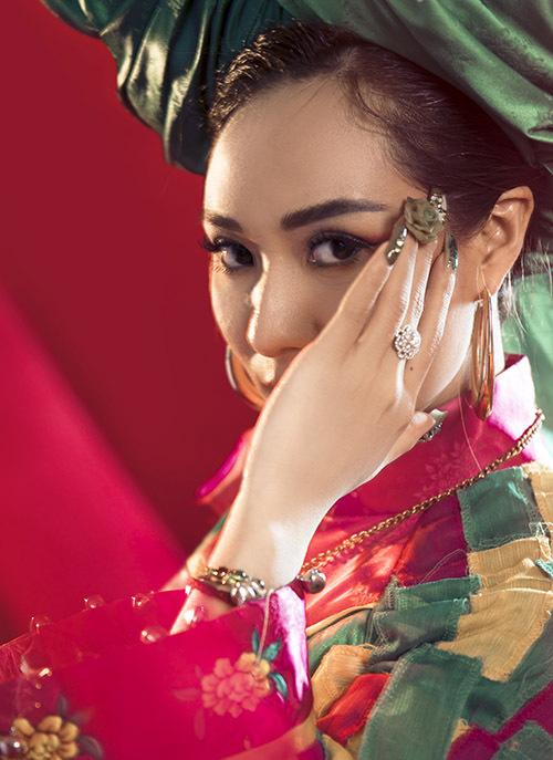 Ánh Linh khoe vẻ đẹp bí ẩn trước ống kính.