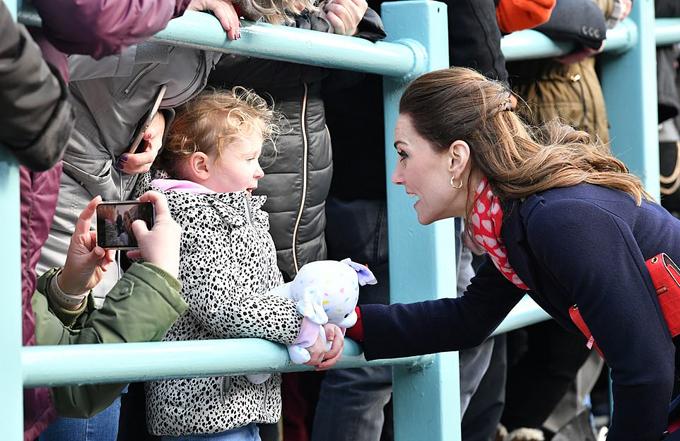Kate xin lỗi fan nhí vì không mặc đẹp như công chúa