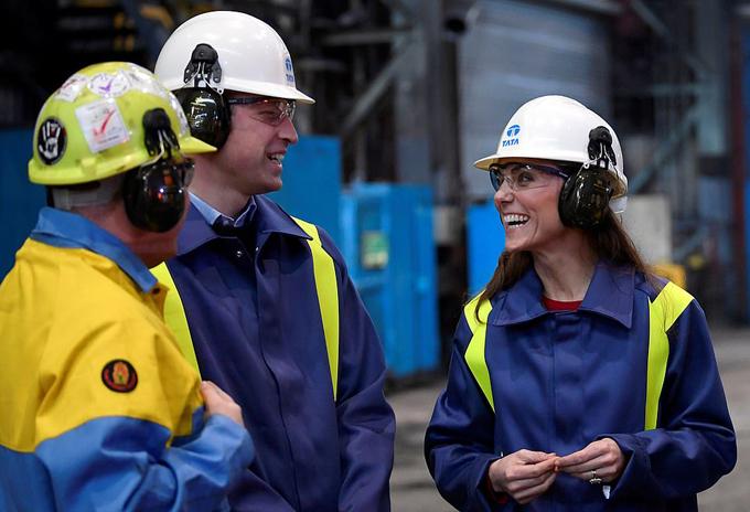 Cặp vợ chồng hoàng gia tham quan nhà máy Hot Strip Mill tại xứ Wales chiều 4/2. Ảnh: PA.