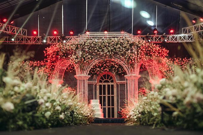 Sân khấu có diện tích 150m2 được dựng theo concept lâu đài cổ tích, nơi Công chúa béo Quỳnh Anh và Hoàng tử sân cỏ Duy Mạnhthề nguyện, trở thành vợ chồng.