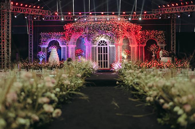 Do thời tiết mưa ẩm nên ekip đã tính toán để dựng rạp cưới kiên cố, che chắn tối đa để không ảnh hưởng tới những người tham dự buổi lễ.
