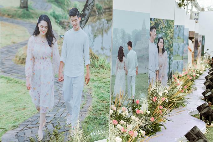 Hai bên lối đi vào sảnh tiệc được trang trí bằng hàng loạt những tấm ảnh tình cảm của Quỳnh Anh - Duy Mạnh.