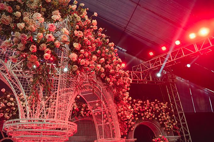 Không gian cưới với triệu đoá hồng của Duy Mạnh liên tục thay đổi theo ánh sáng.