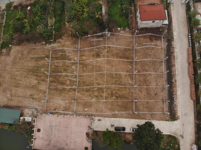 Sân bóng Giao Tác diện tích 3.000 m2 trước khi dựng rạp cưới. Tại đây, Duy Mạnh và Quỳnh Anh sẽ tiếp khoảng 1.300 khách mời vào buổi trưa 9/2 sau khi nhà trai đón cô dâu từ phố Xã Đàn về Đông Anh, Hà Nội.