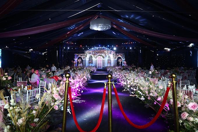Rạp cưới được ekip dựng trong vòng 8 ngày, được trang trí bởi hàng triệu bông hồng Đà Lạt vận chuyển bằng đường máy bay. Quy mô tiệc cưới của Duy Mạnh là 1.300 khách mời.
