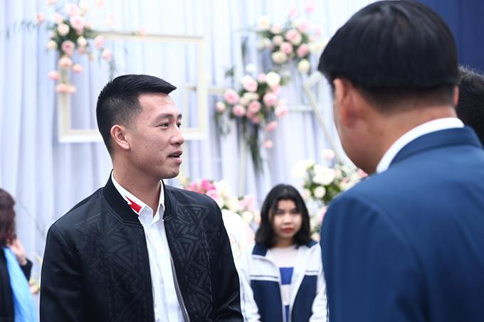 Tiền vệ Huy Hùng cũng tới dự tiệc cưới của trung vệ CLB Hà Nội.