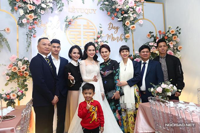 Sau lễ vu quy, Quỳnh Anh - Duy Mạnh sẽ di chuyển đến sân bóng Giao Tác, Đông Anh để cử hành tiệc cưới bên nhà trai với khoảng 1.300 khách mời. Tối cùng ngày, uyên ương tiếp tục tổ chức tiệc ở khách sạn JW Marriot - nơi sẽ tiếp đón phần lớn khách nhà gái.