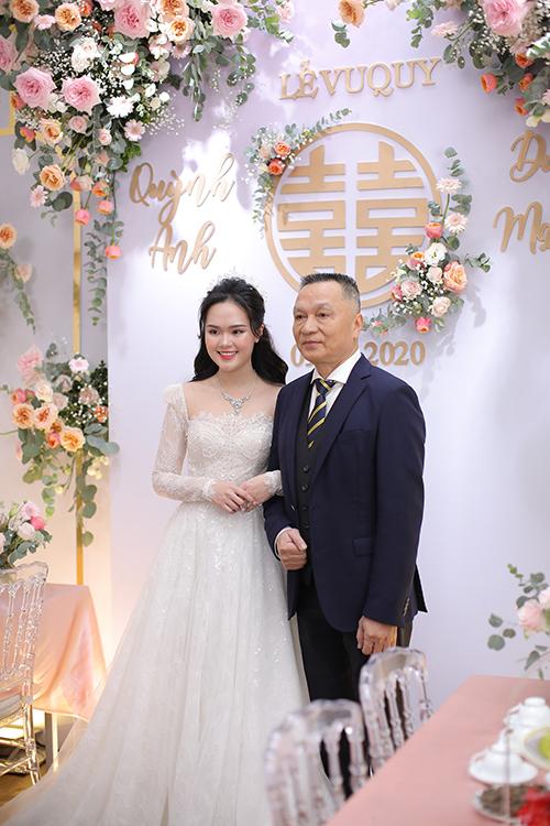Ảnh 2: Cô dâu đứng bên bố là ôngNguyễn Giang Đông -cựu Chủ tịch CLB Sài Gòn.