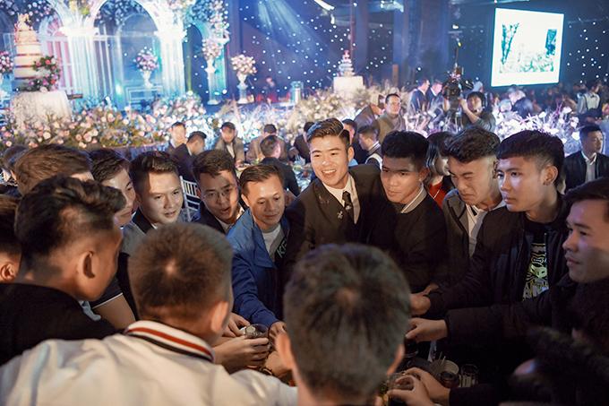 Trong số 1.300 khách dự cưới lànhiều cầu thủ thân thiết với Duy Mạnh.