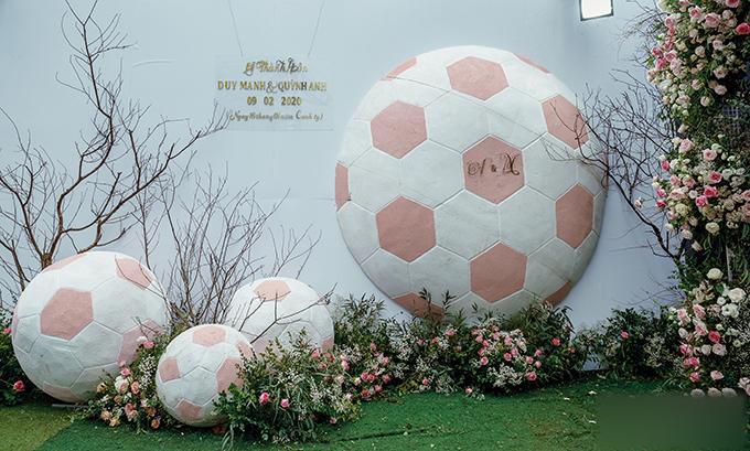 Trung vệ CLB Hà Nội lựa chọn trái bóng làm hình ảnh chủ đạo để trang trí không gian ngoài hội trường cưới, giúp những người tham dự tiệc lưu lại khoảnh khắc đẹp trong hôn lễ.