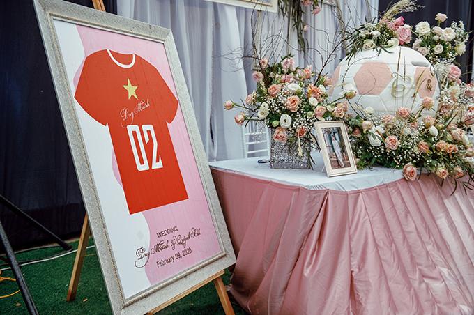Bảng welcome đám cưới có hình ảnh chiếc áo cầu thủ thay vì chỉ có tên cô dâu, chú rể như các đám cưới thông thường.