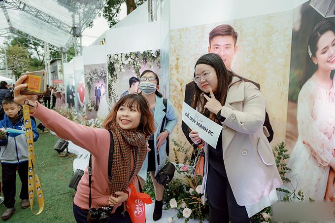 Các fan tạo dáng bên ảnh cưới của cặp vợ chồng.