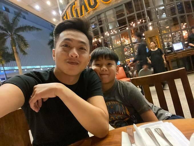 Cường Đôla đưa con trai Subeo đi ăn tối.