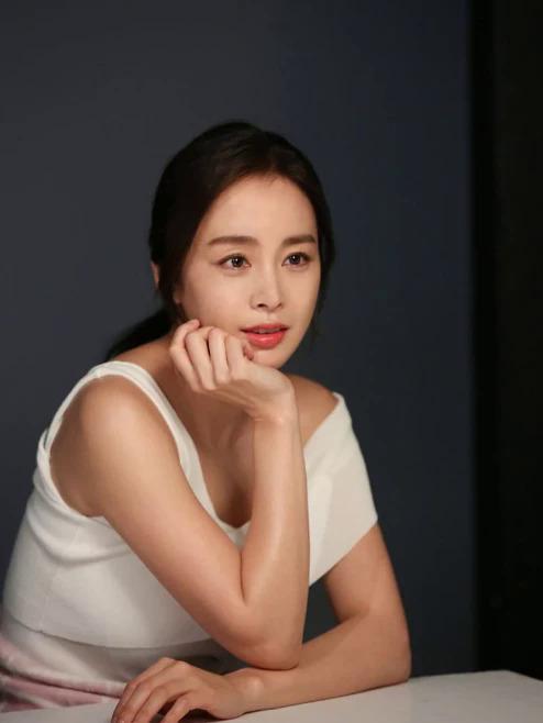 Ở tuổi 39, ngôi sao Hàn giữ được làn da căng mịn đầy sức sống.