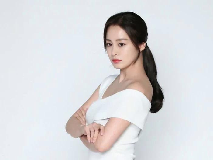 Kim Tae Hee đã giảm cân đáng kể so với những ngày mới sinh. Nữ diễn viên đang tích cực tham gia phim mới Hi, Bye Mama.