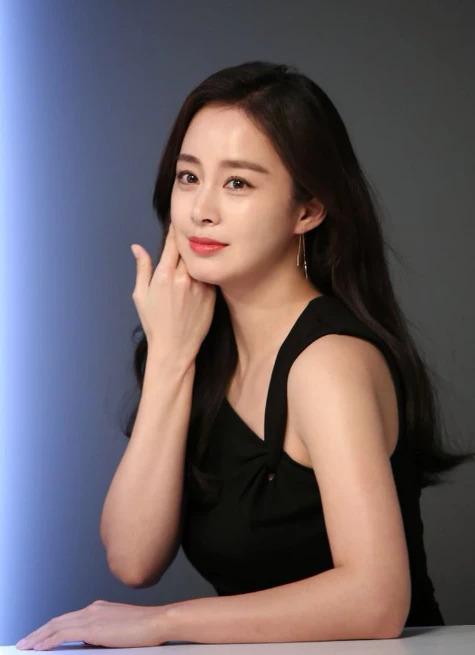 Nhan sắc của Kim Tae Hee nhận được nhiều lời ngợi khen của khán giả, sau khi cô xuất hiện trong bộ ảnh quảng cáo cho thương hiệu mỹ phẩm mà mình là gương mặt đại diện. Nữ diễn viên thay nhiều trang phục, cho thấy vóc dáng thon gọn sau 5tháng sinh con.