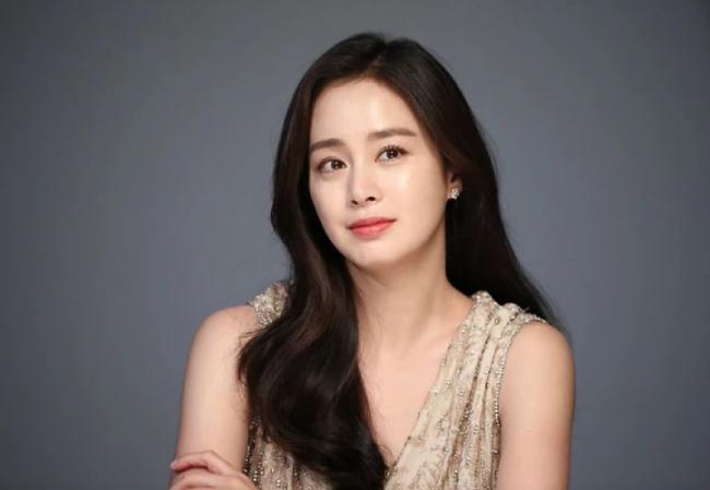 Kim Tae Hee là một trong các ngọc nữ của màn ảnh Hàn Quốc, bắt đầu nổi tiếng giữa những năm 2000. Tên tuổi của cô gắn liền loạt phim Nấc thang lên thiên đường, Chuyện tình Harvard, Mật danh Iris... Nữ diễn viên kết hôn với ca sĩ Bi Rain năm 2017. Cô sinh con gái thứ hai cách đây hai tháng. Dự sự kiện hôm 28/11, người đẹp thần thái cuốn hút nhưng vẫn chưa lấy lại phom dáng sau sinh nở.