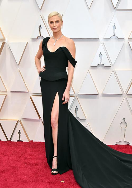 Với chiều cao 1,77 m, minh tinh Charlize Theron dễ dàng nổi bật dù chọn xiêm y không hề cầu kỳ. Cô được đề cử Nữ diễn viên chính xuất sắc qua phim Bombshell.