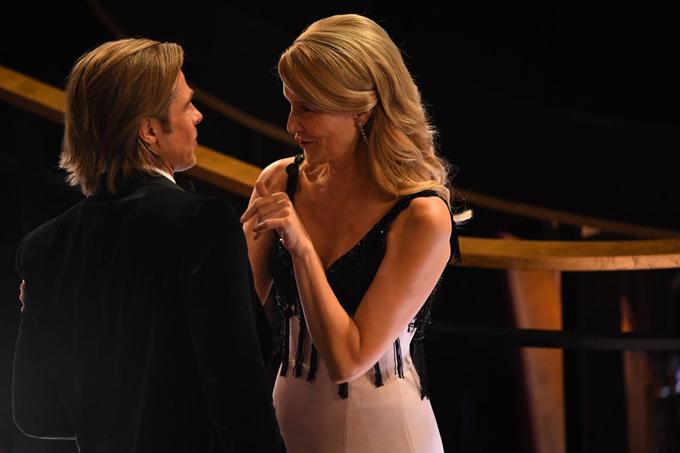 Brad Pitt vàLaura Dern say sưa trò chuyện trước lễ trao giải. Không lâu sau, cả hai cùng nhận giải Nam phụ và Nữ phụ xuất sắc.