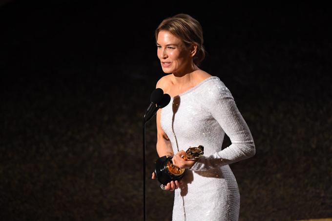 Sau nhiều năm vắng bóng,Renée Zellweger trở lại ngoạn mục ở Oscar với chiến thắng Nữ diễn viên chính xuất sắcnhờ vai diễn ca sĩJudy Garland trong Judy.