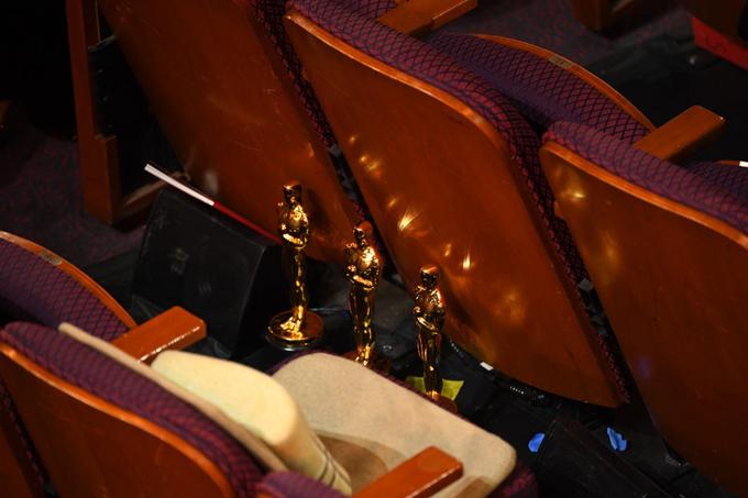 Joon-ho sau đó để 3 tượng vàng ở chỗ ngồi, lên sân khấu nhận giải thưởng lớnnhất trong đêm Oscar làPhim xuất sắc. Trước đó, cha đẻ của phim Ký sinh trùng đã thắng giải Kịch bản gốc xuất sắc, Phim nói tiếng nước ngoài xuất sắc và Đạo diễn xuất. Đây là một kỷ lục mới ở Oscar đối với một nhà làm phim châu Á.