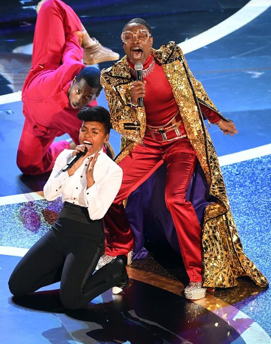 Một khoảnh khắc phiêu trên sân khấu Oscar của ca sĩ Billy Porter (áo vàng) và Janelle Monáe.