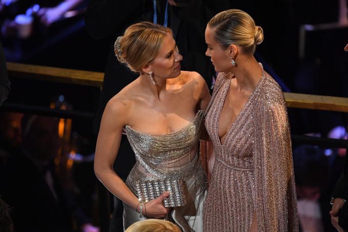Hai nữ siêu anh hùng Avengers gặp gỡ ở Oscar: Góa phụ đen Scatlett Johnnson và Đại úy Marvel BrieLarson.