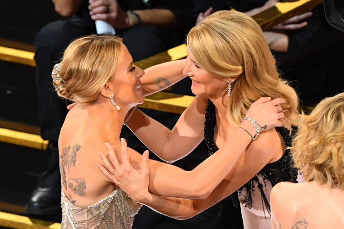 Scarlett Johansson ôm chầm nữ bạn diễn Laura Dern. Họ từng diễn xuất ăn ý trong phimMarriage Story - một trong 10 phim được đề cử.