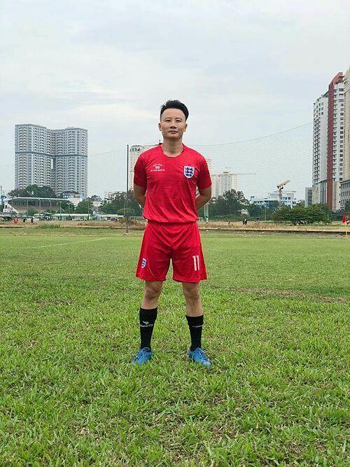Ca sĩ Hoàng Bách vẫn ra sân đá bóng sau một ngày hiến 250cc máu.