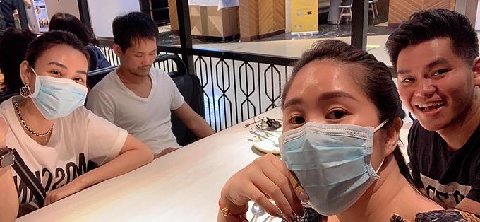 Diễn viên Lê Phương và Ngân Khánh đeo khẩu trang kín mít khi đi ăn cùng chồng.