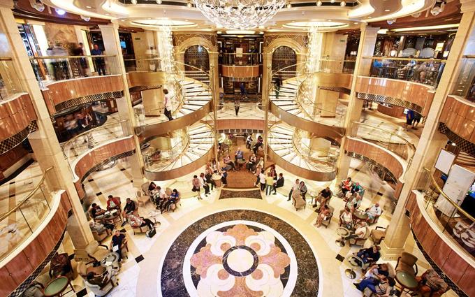 Con tàu du lịch khổng lồ trông được ví như một thành phố nổi trên biển, có 12 tầng boong, bao gồm các phòng nghỉ, khu vui chơi giải trí, khu vui chơi cho trẻ em, casino, nhà hàng, spa... phục vụ mọi nhu cầu của hành khách trong nửa tháng trên biển.