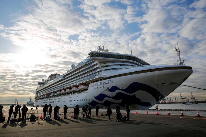 Tàu du lịch Diamond Princess chở 3.700 người đang neo đậu ở cảng Yokohama (Nhật Bản) được ví như con tàu tử thần với70 du khách đã được xác định nhiễm nCoV. Toàn bộ thủy thủ đoàn và hành khách đã được cách ly tại tàu. Trước khi gặp sự cố, Diamond Princess từng là lựa chọn hàng đầu cho những người muốn lênh đênh trên biển và khám phá các quốc gia châu Á.