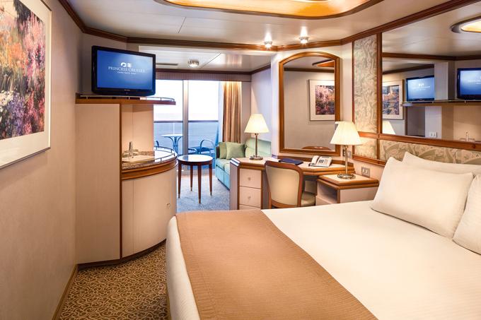 Các phòng cao cấp còn có view đẹp hướng ra biển và ban công lãng mạn để hành khách có thể chill ngay tại phòng. Các phòng đều có buồng tắm sang trọng, bồn sục và dịch vụ phòng 24/24h, không kém bất kỳ khách sạn cao cấp nào.