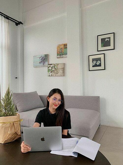 Hoa hậu Tiểu Vy chăm chỉ tự học tại nhà vì không thể đến trường do ảnh hưởng của dịch virus corona.