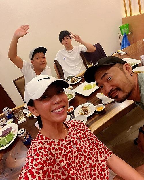 Trường Giang tụ tập ăn uống đầu năm cùng vợ chồng Thu Trang - Tiến Luật.
