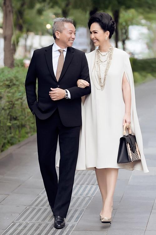 Bước vào tuổi 60, nam doanh nhân vẫn giữ được phong độ, trẻ trung. Anh thường diện vest lịch lãm mỗi khi xuất hiện bên bà xã Diễm My.