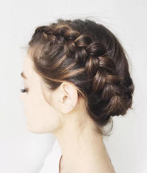 Tóc bob ngắn nhưng dày vẫn có thể tết lại gọn gàng. Đây là kiểu tóc dành cho cô dâu chuộng phong cách đám cưới tối giản.