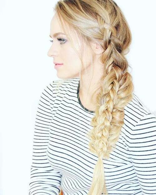 Tóc tết lệch một bên được chia nhỏ thành từng búi và tiếp tục tết dần về đuôi. Kiểu tóc dành cho cô dâu tóc dài và dày.